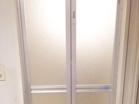 サイズもピッタリに微調節!既存のデザインに合わせた浴室ドア