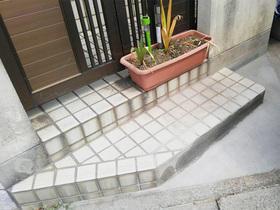 一部を削ってモルタル仕上に。駐車が楽にできる玄関アプローチ