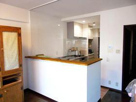 上部の壁を撤去し開放的で明るい空間に。お料理も楽しくなるL型キッチン