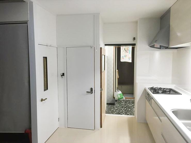台所に立つのが楽しくなる、白くて清潔感のあるキッチン